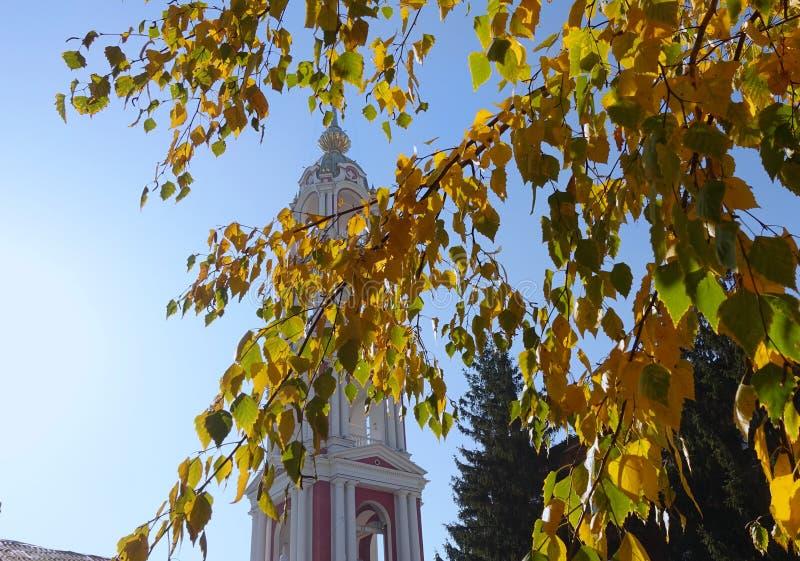 Dzwonkowy wierza Kazan monaster na tle, widzieć od żółtej brzozy za opuszcza Tambov zdjęcie stock