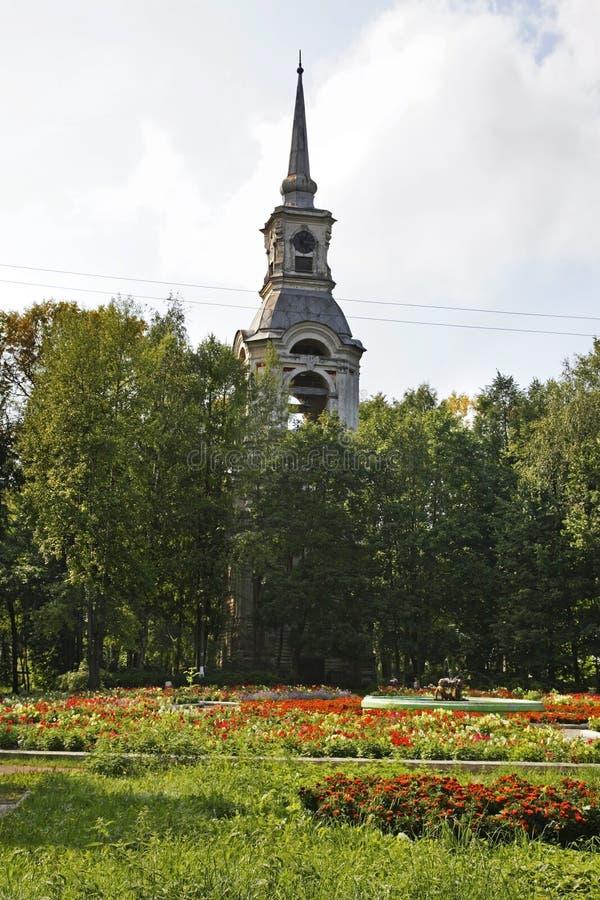 Dzwonkowy wierza kościół transfiguracja w Ostashkov Rosja zdjęcie stock