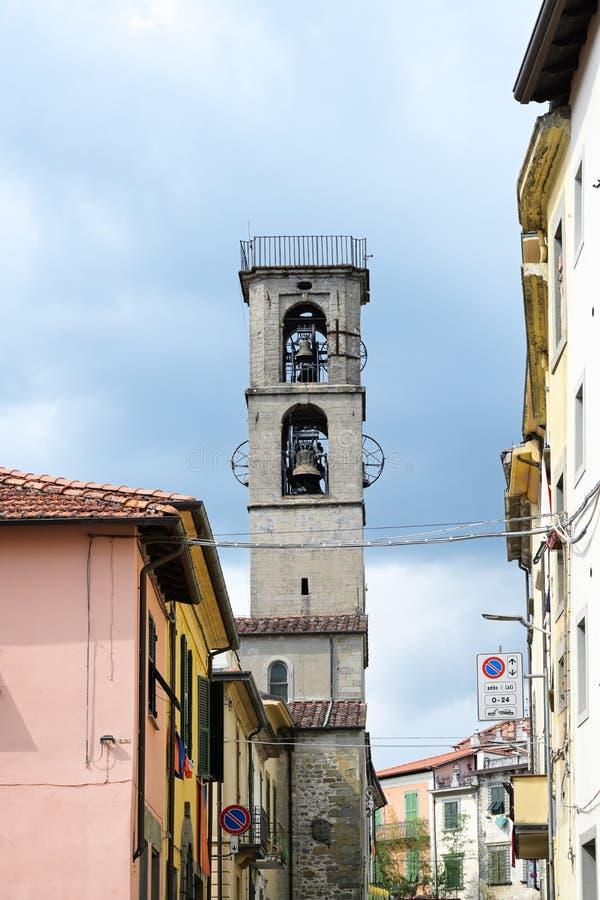 Dzwonkowy wierza kościół w Fivizzano Kararyjski i, Tuscany, Włochy, kopii przestrzeń obrazy stock