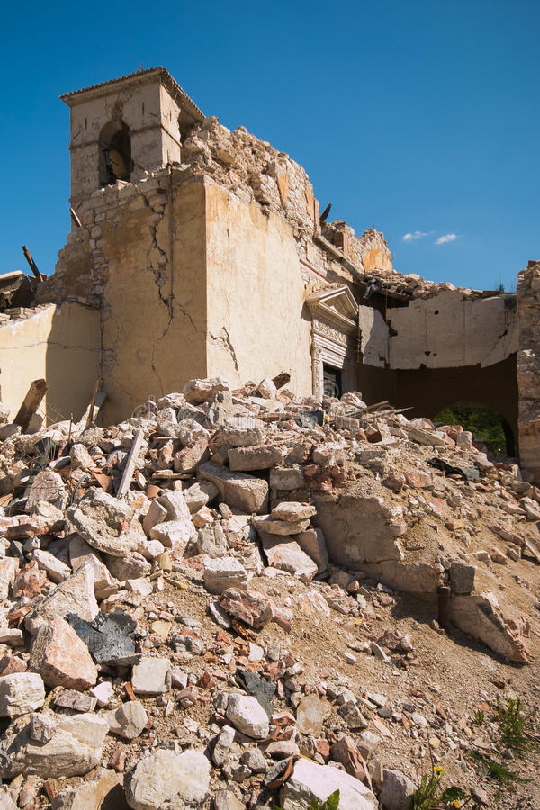 Dzwonkowy wierza niszczący okropnym trzęsieniem ziemi Visso kościół obrazy stock