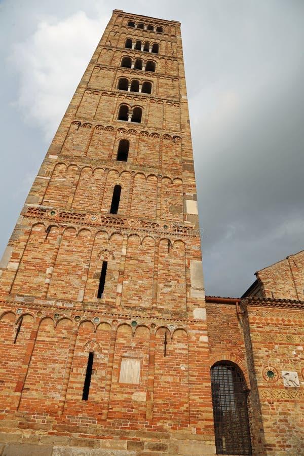 Dzwonkowy wierza Pomposa opactwo dziejowy budynek w Włochy zdjęcie royalty free