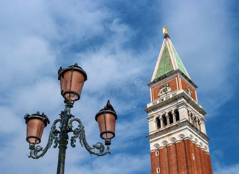 Dzwonkowy wierza San Marco dzwonnica i sławna Wenecka latarnia uliczna Dzwonnica lokalizować na St oceny ` s kwadracie wewnątrz zdjęcie royalty free
