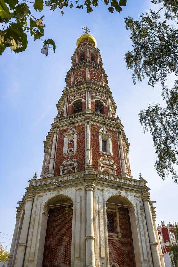 Dzwonkowy wierza w Novodevichy klasztorze w Moskwa fotografia stock
