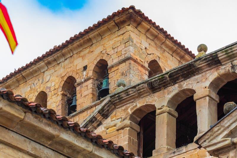 Dzwonkowy wierza w wierza Uczelniany kościół Santillana Del Mącący Cantabria, Hiszpania - fotografia royalty free