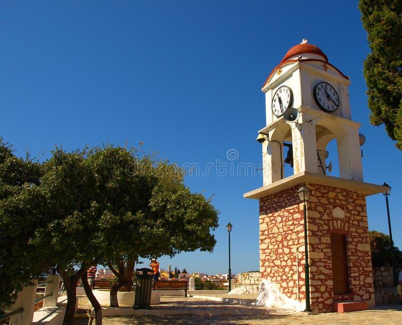 Dzwonkowy zegarowy wierza z niebieskiego nieba tłem w Skiathos wyspie, Grecja obrazy royalty free