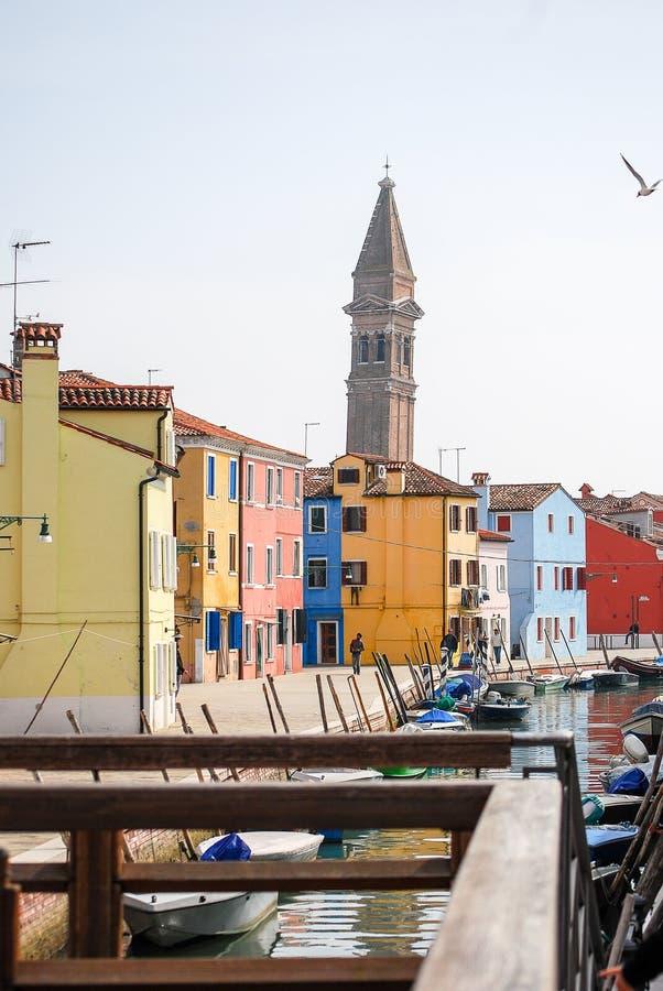 Dzwonnica wzrasta za kolorowymi budynkami fotografia royalty free