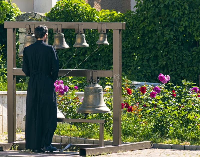 Dzwonnik dzwoni kościelnych dzwony obrazy stock