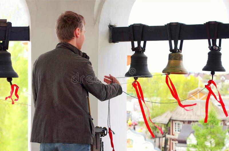 Dzwonnik dzwoni kościelnych dzwony obraz royalty free
