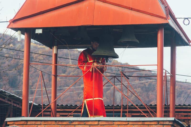Dzwonnik w czerwonych kontuszach w dzwonkowy wierza obraz royalty free