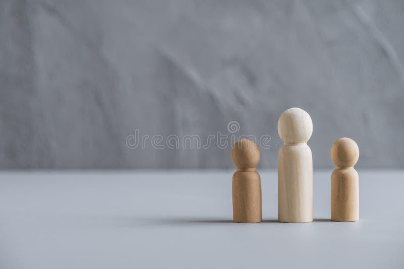 Eén vader met twee kinderen echtgenote achter hen Afscheiding en verbreken van de betrekkingen Concept gemaakt van houten mensen/ royalty-vrije stock foto