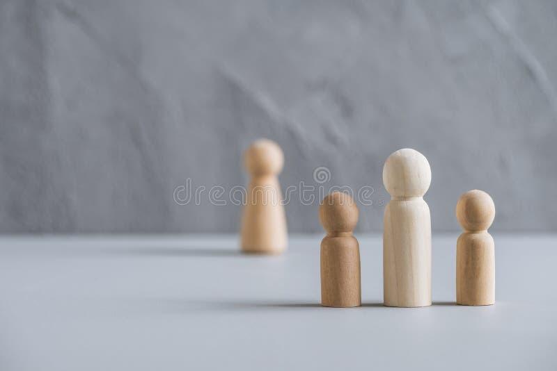 Eén vader met twee kinderen echtgenote achter hen Afscheiding en verbreken van de betrekkingen Concept gemaakt van houten mensen/ royalty-vrije stock afbeeldingen