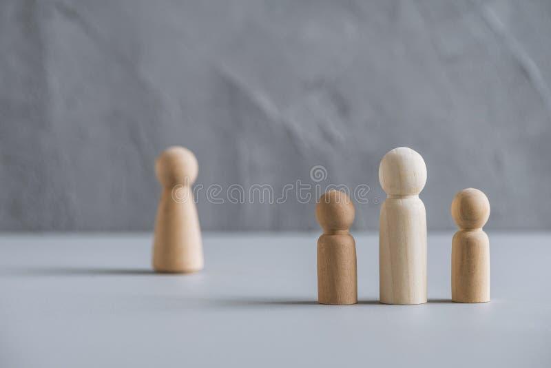 Eén vader met twee kinderen echtgenote achter hen Afscheiding en verbreken van de betrekkingen Concept gemaakt van houten mensen/ royalty-vrije stock foto's