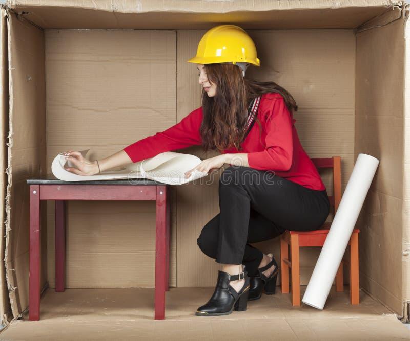 Żeńscy architekta czytania plany zdjęcie stock