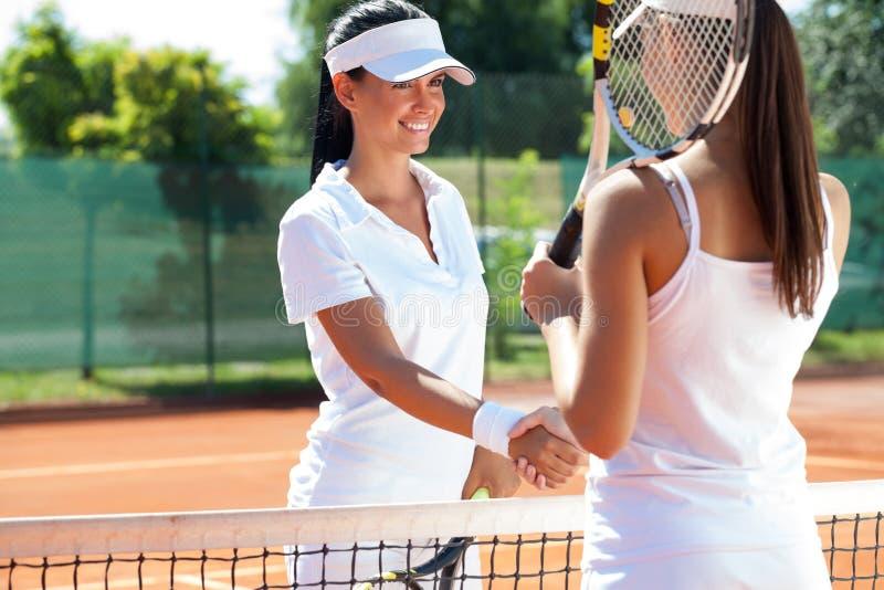 Żeńscy gracz w tenisa trząść rękę obraz royalty free
