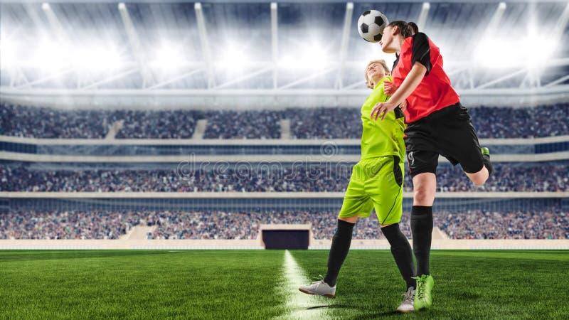 Żeńscy gracze piłki nożnej ma potyczkę na meczu piłkarskim fotografia stock