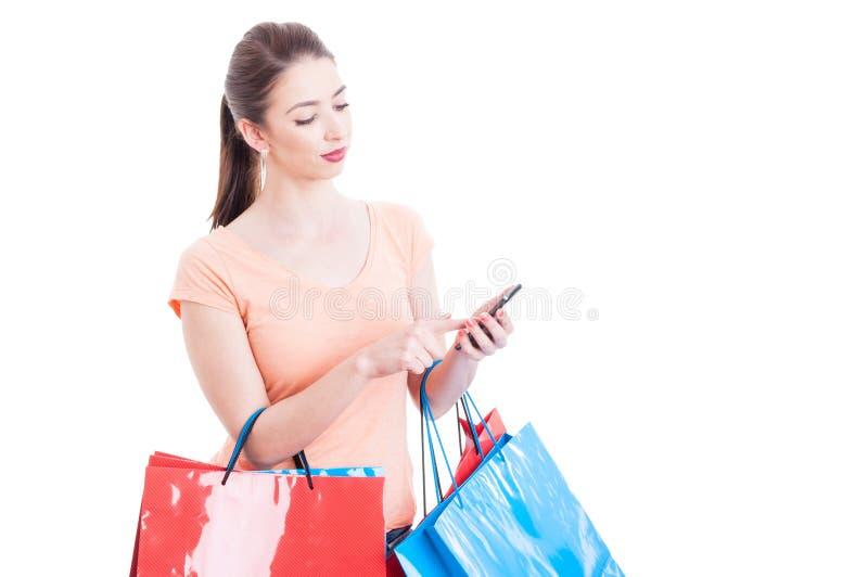 Żeńscy mień torba na zakupy sprawdza online bankowość na wiszącej ozdobie zdjęcia royalty free