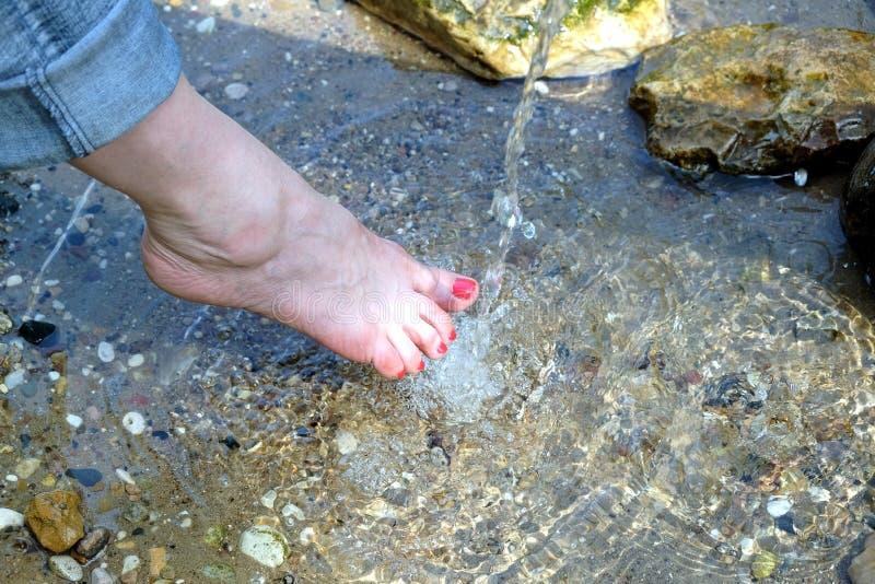 Żeńscy nadzy cieki pod rinning wody outdoors zbliżeniem zdjęcia stock