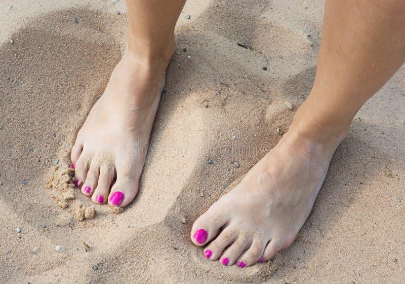 Żeńscy nadzy cieki w piasku fotografia royalty free