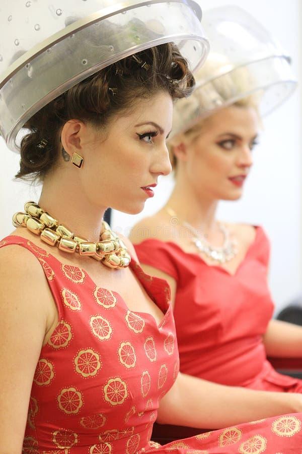Żeńscy przyjaciele Cieszy się dzień przy Włosianym salonem Wpólnie zdjęcia royalty free