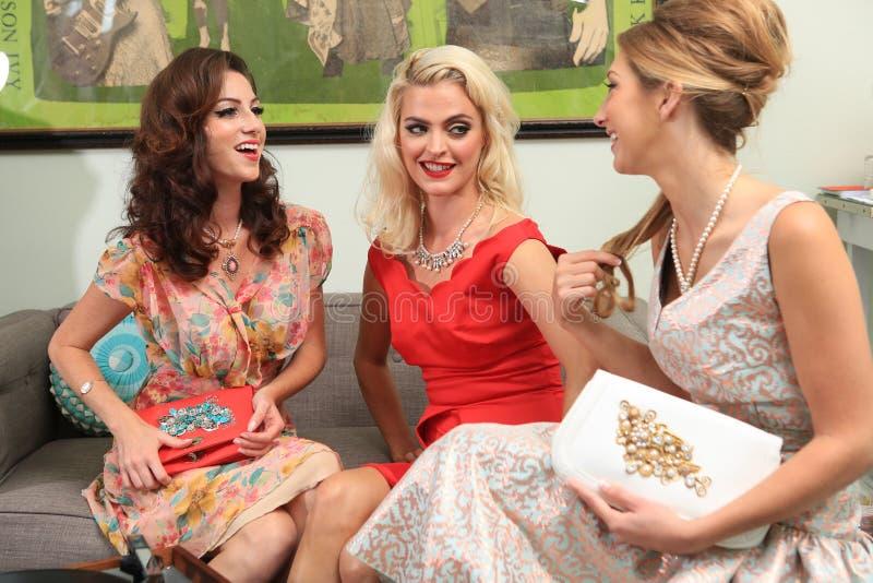 Żeńscy przyjaciele Cieszy się dzień przy Włosianym salonem Wpólnie zdjęcia stock