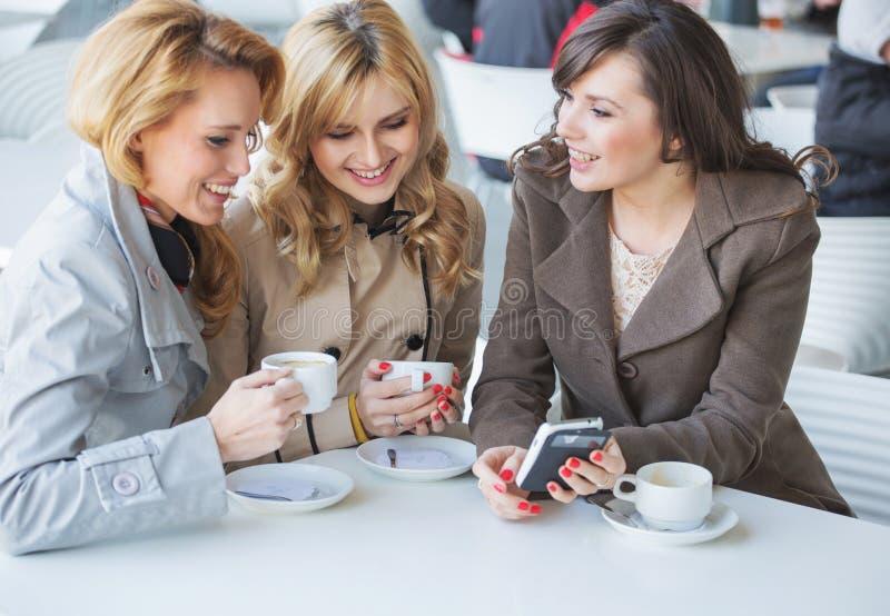 Żeńscy przyjaciele przy cofee czasem obraz royalty free