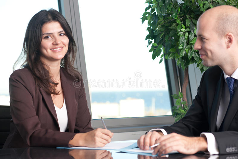 Żeńscy szefa podpisywania dokumenty fotografia royalty free