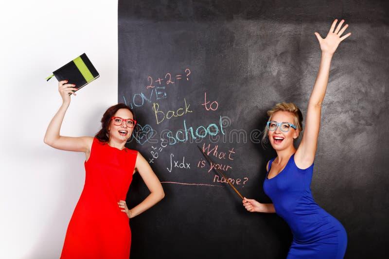 Żeńscy ucznie przy blackboard zdjęcia royalty free