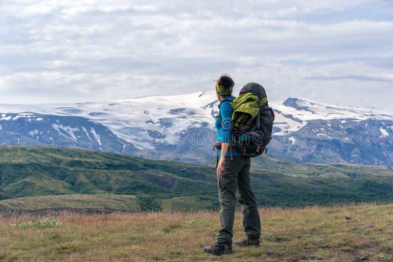 Żeńscy wycieczkowicze cieszy się scenicznego widok Eyjafjallajokull wulkan obraz royalty free