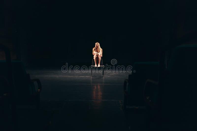 Żeńska aktorka samotnie na scenie fotografia stock