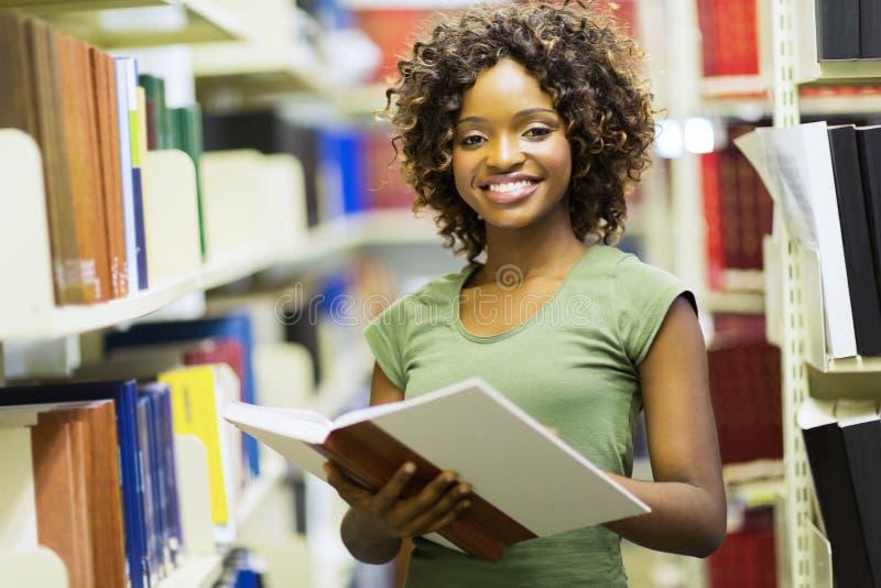Żeńska amerykanina afrykańskiego pochodzenia ucznia biblioteka obraz royalty free
