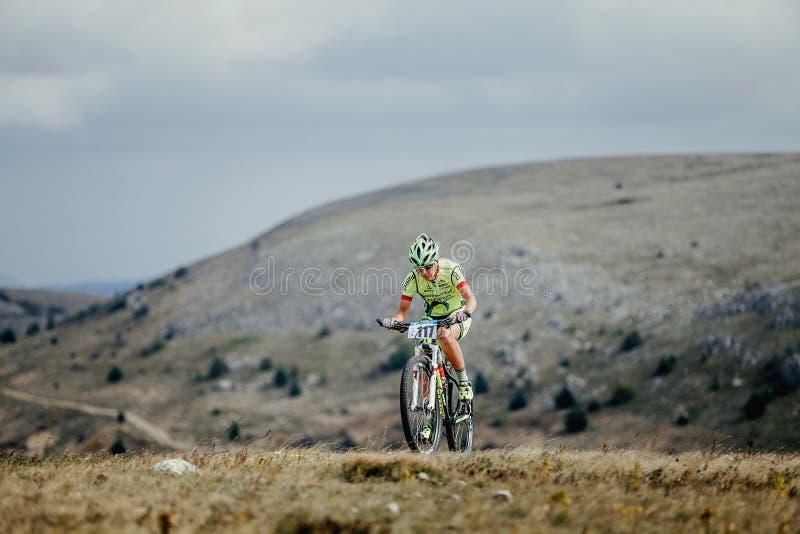 Żeńska atleta cyklisty jechać ciężki na bicyklu zdjęcia royalty free