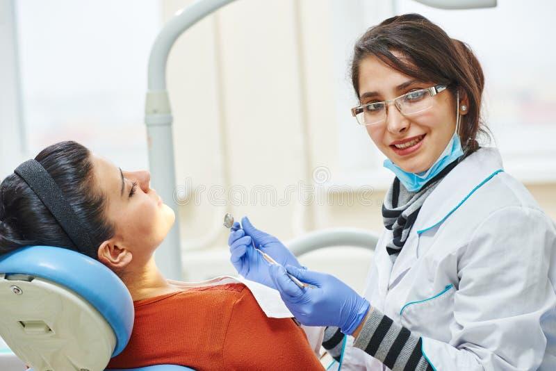 Żeńska azjatykcia dentysta lekarka przy pracą obraz stock