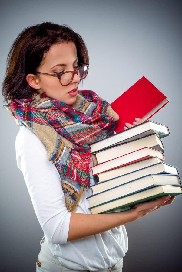 Żeńska bibliotekarka trzyma stos książki zdjęcia royalty free
