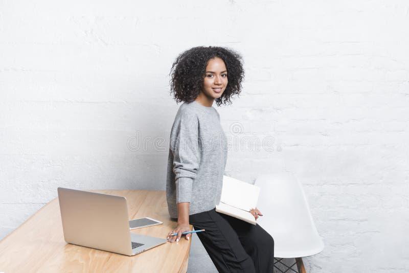 Żeńska blogger pozycja przy stołem fotografia stock
