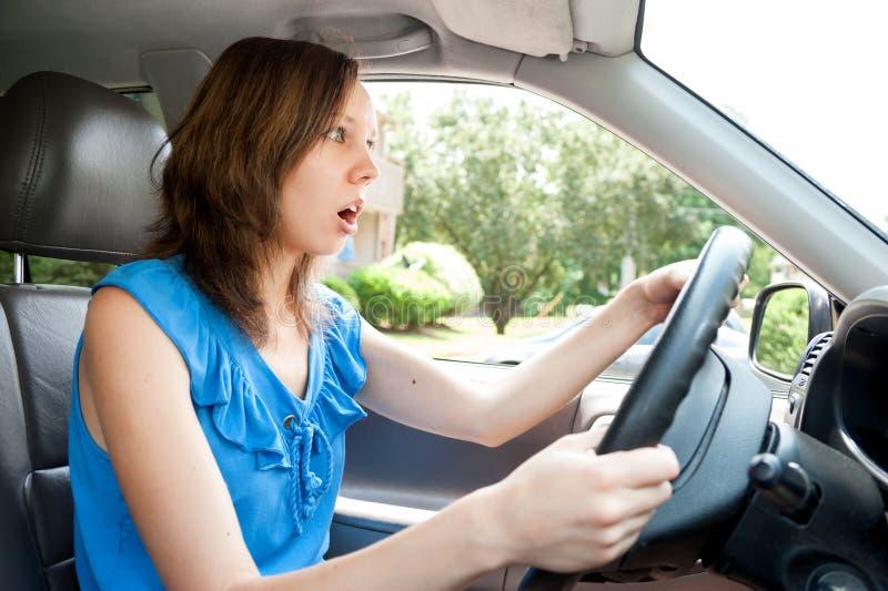 Żeńska kierowca panika w samochodzie obrazy stock
