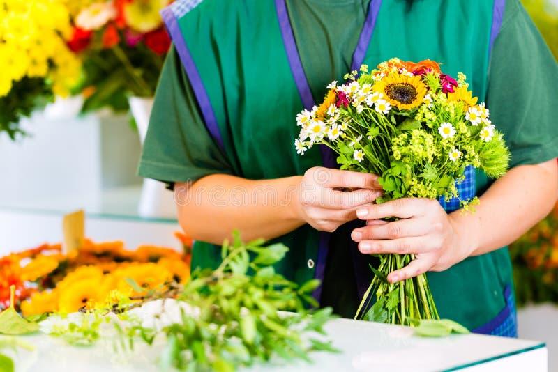 Żeńska kwiaciarnia w kwiatu sklepie obrazy royalty free
