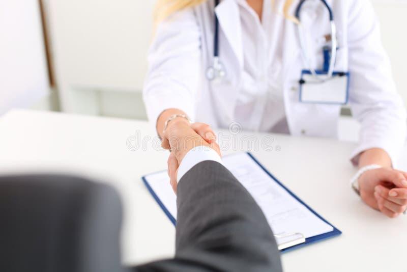 Żeńska medycyny lekarki potrząśnięcia ręka jak cześć zdjęcie stock