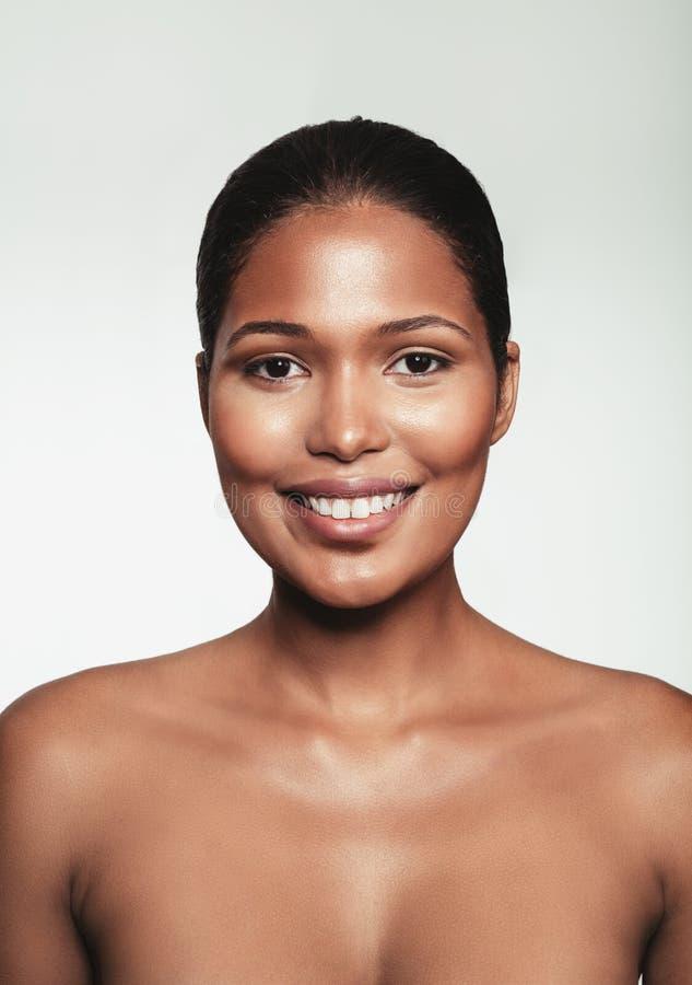 Żeńska moda modela twarz z naturalnym makeup zdjęcia royalty free