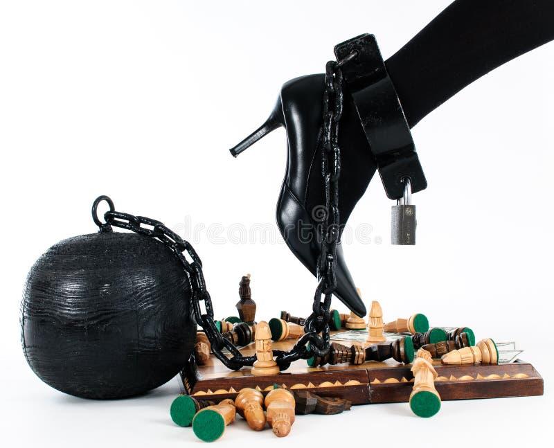 Żeńska noga przykuwająca więźniarska piłka fotografia royalty free