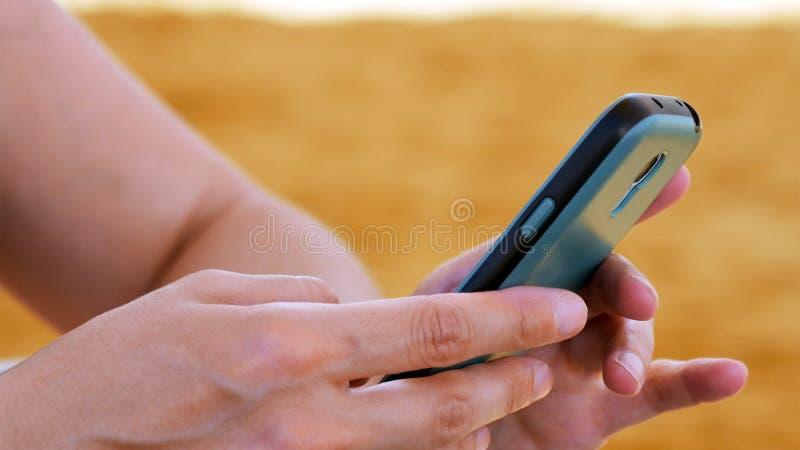 Żeńska ręka z smartphone zbliżeniem fotografia stock
