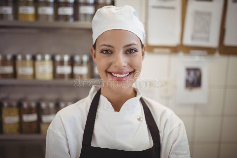 Żeńska szef kuchni pozycja w handlowej kuchni zdjęcia stock