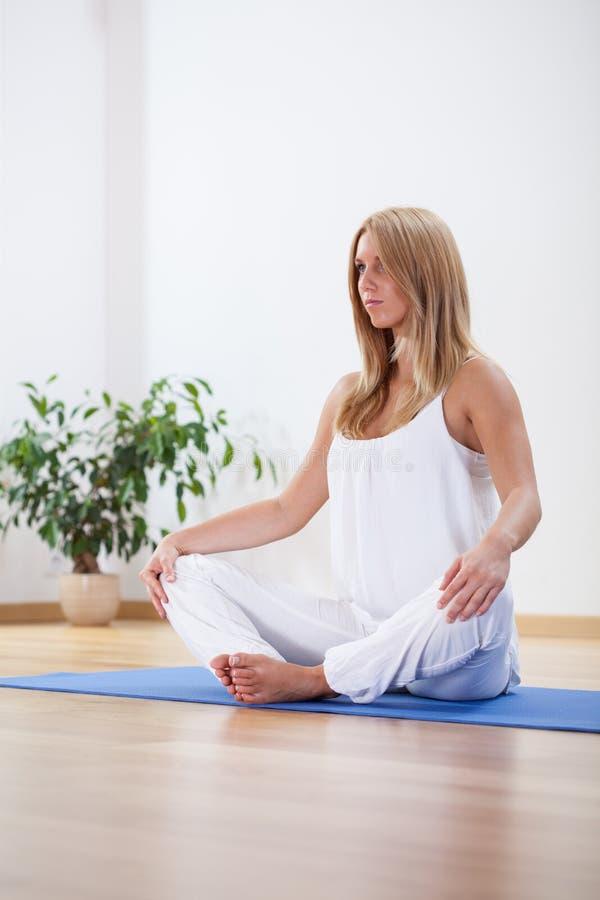 Żeński ćwiczy joga w domu zdjęcia stock