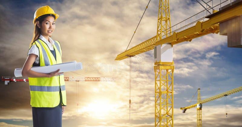Żeński architekta mienia projekt żurawiami przeciw niebu obrazy royalty free