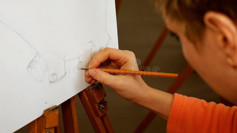 Żeński artysta rysuje ołówkowego nakreślenie w sztuki studiu zdjęcia royalty free