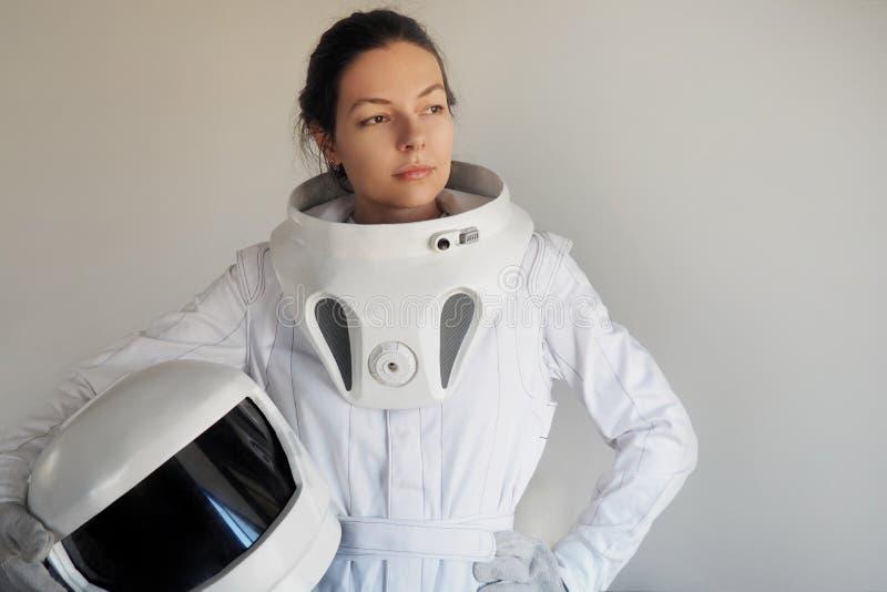 Żeński astronauta na białym tle Fantastyczny astronautyczny kostium Eksploracja kosmos obraz stock