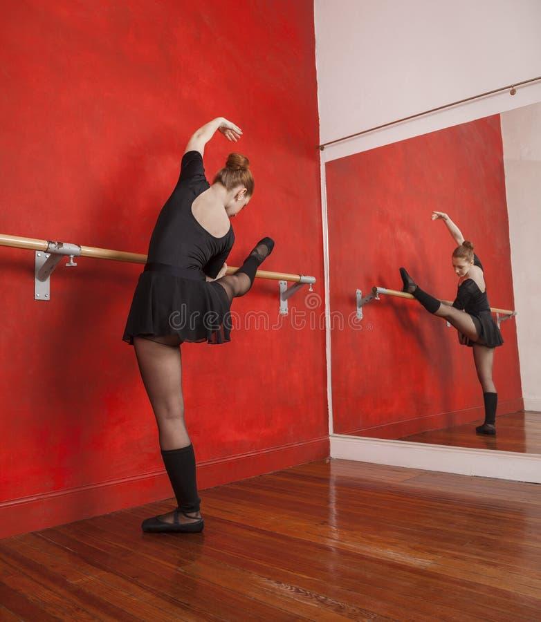 Żeński Baletniczego tancerza spełnianie W studiu zdjęcia stock