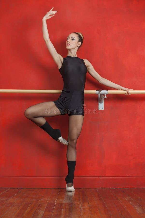 Żeński Baletniczy tancerz Ćwiczy Przy barem zdjęcie royalty free