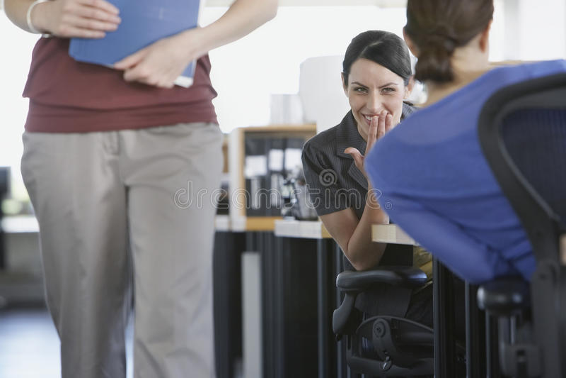 Żeński Biznesowy kolegów ono Uśmiecha się zdjęcia stock