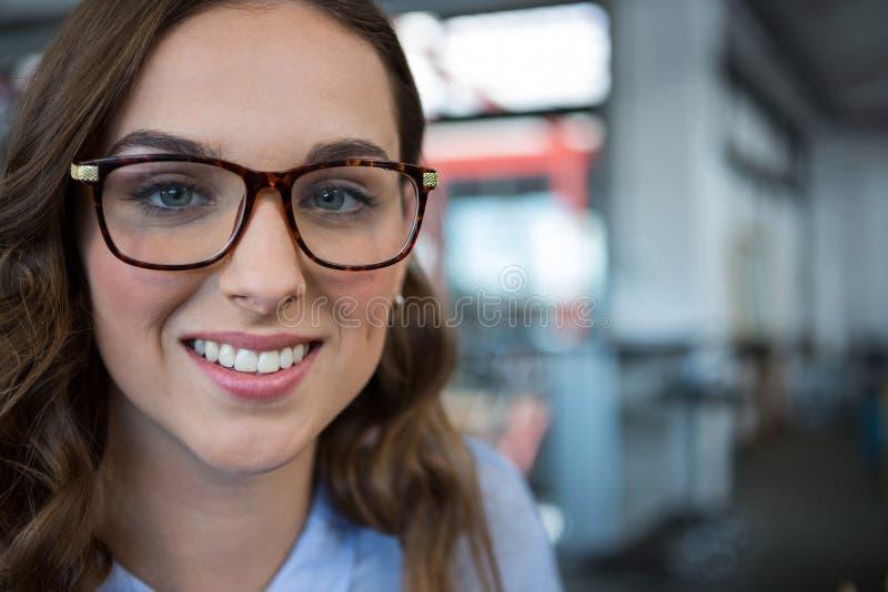 Żeński bizneswoman ono uśmiecha się przy kamerą fotografia royalty free