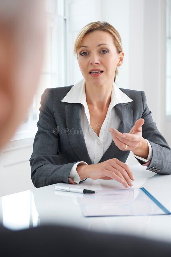 Żeński bizneswoman Przeprowadza wywiad Męskiego Akcydensowego kandydata zdjęcia stock